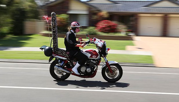 バイクで颯爽と走る