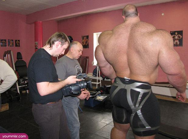 後ろから撮られて「筋肉」