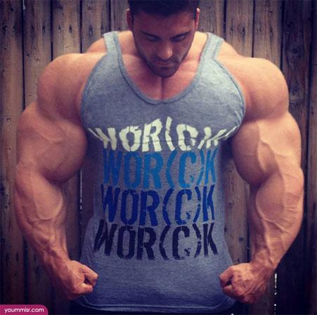 タンクトップで「筋肉」