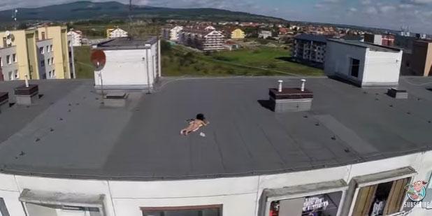 あっ、屋上に「裸の女性」が!