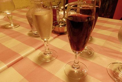 ランチグラスワイン/白・赤(各200円)