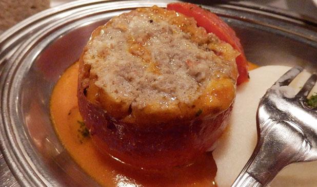 トマトの中には肉詰めが