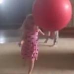 子供をボールでダブルノックダウン