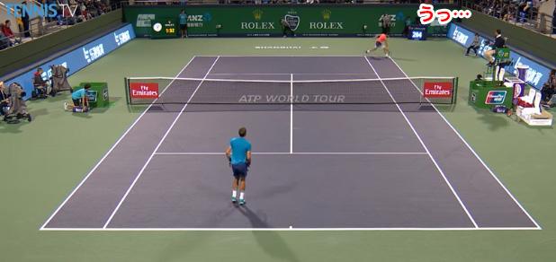 テニスのサーブがボールボーイを直撃